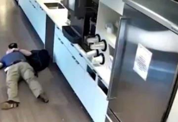 Finge caerse en su oficina para cobrar seguro y cámaras de seguridad lo delatan
