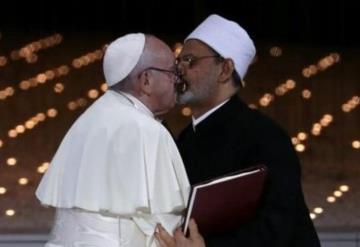 El Papa y el imán de Al-Azhar sellan pacto de fraternidad con beso