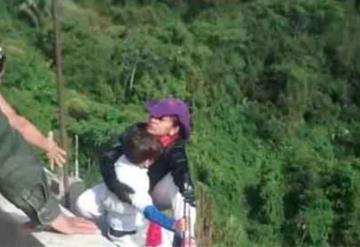 Mamá, no te tires, suplicaba el niño; la mujer lo sujetó fuerte y se lanzó de un puente