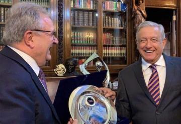 AMLO es nombrado embajador mundial del béisbol