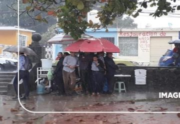 #ImagenDelDía  Así esperan a que calme la lluvia...