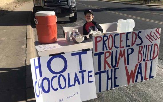 Niño vende chocolates para así ayudar a Donald Trump a construir el muro