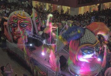 Comalcalquenses disfrutan su primer desfile de carros alegóricos en el #CarnavalComalcalco2019