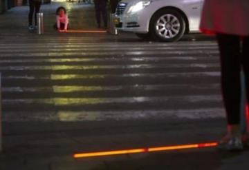 Instalan semáforos para zombies que usan el celular