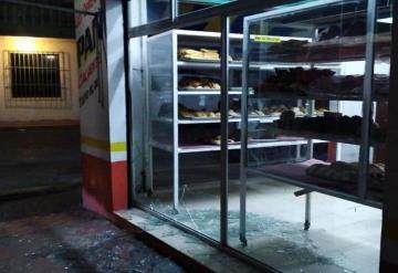 Rompen vidrios, amagan a encargada, se roban 300 pesos y huyen; pasó en Cárdenas