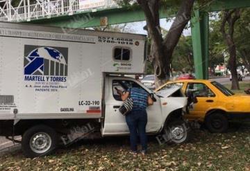 Camioneta choca contra taxi amarillo en avenida Ruiz Cortines