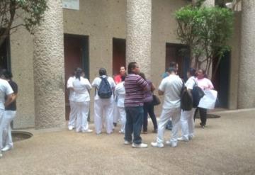 Personal de la Secretaría de Salud se manifiestan en las afueras de la la dependencia estatal