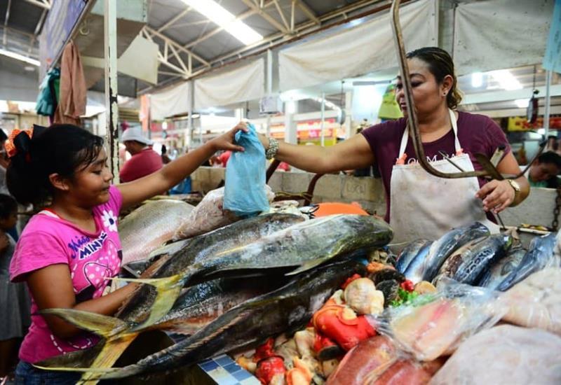 Abarrotada el área de pescados y mariscos en el mercado provisional