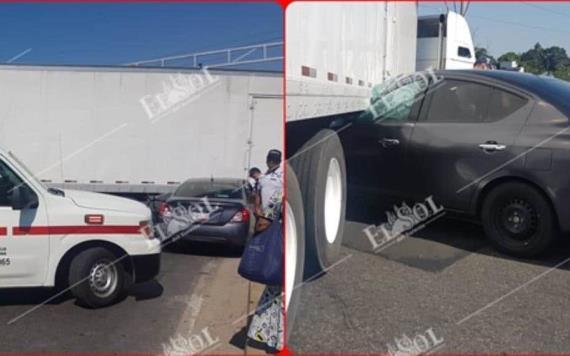 Choque en la carretera Cárdenas-Villahermosa; auto queda casi debajo de tráiler