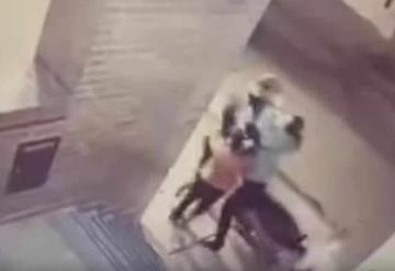 Niña golpea a ladrón y salva a su mamá