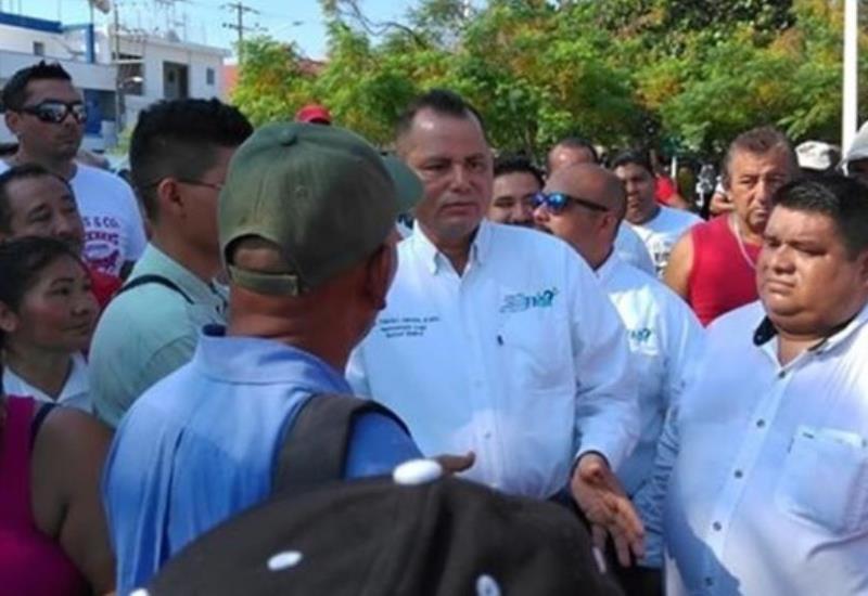 Cerca de 300 obreros se manifiestan en Palacio municipal de Paraíso