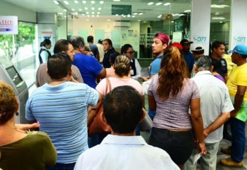 Ciudadanos hacen fila en instalaciones de CFE nuevo contrato de adiós a tu deuda