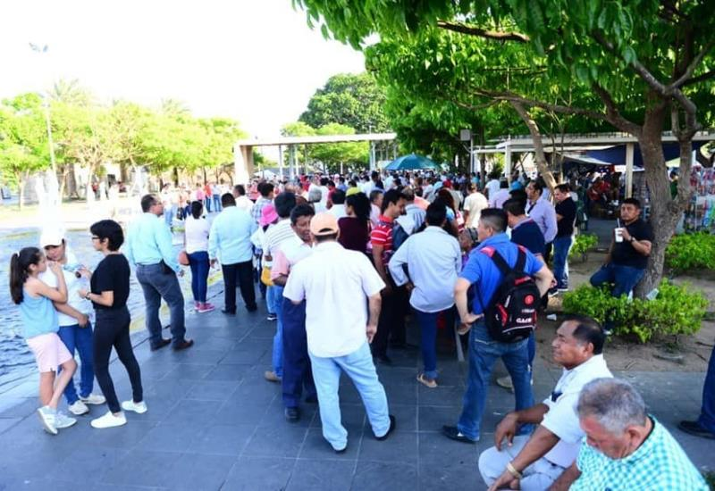 Así se concentran la ciudadanía en Plaza de Armas la espera de transmisión del Presidente