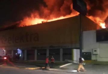 Incendio consume tienda Elektra por quema de basura,  en Cárdenas