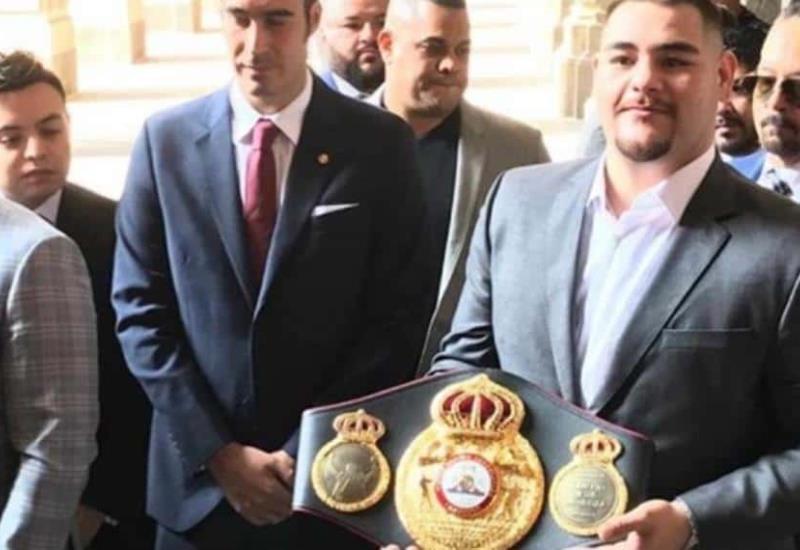AMLO recibe al campeón de boxeo Andy Ruiz en Palacio Nacional, le obsequiará el cinturón WBA