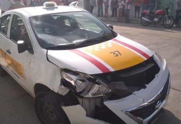Sujetos a bordo de una moto ignoran señal de alto y son impactados por un taxi, uno de ellos murió.