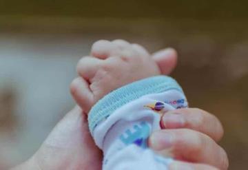 Bebé es infectado de herpes por un beso en su bautizo