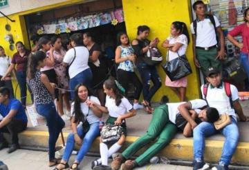 Estudiantes hacen grandes filas en espera de cobrar beca de AMLO