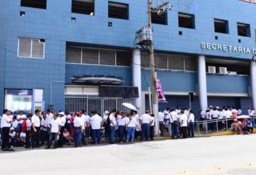 Trabajadores del ISSET se manifiestan en el exterior de la Secretaría de Gobierno