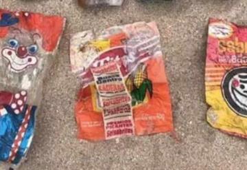 Hallan bolsas plásticas de los 90´s limpiando playa en México