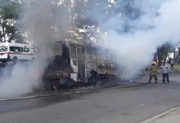 Autobús de pasajeros que se incendió transportaba bidones de diésel en los asientos de pasajeros