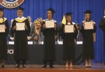¿Enojo o frustración? Estudiante rompe su diploma en plena ceremonia de graduación