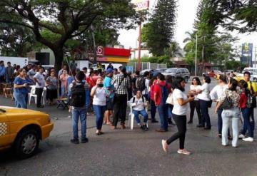 Padres de familia bloquean Av. Universidad, frente a la UJAT