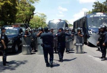 Antimotines acuden al bloqueo en Avenida Universidad