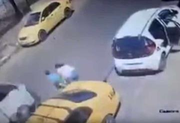 Soltó la mano de su hijo por unos segundos y el menor murió atropellado