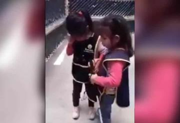 VIDEO Niña invidente le enseña a su amiga a usar su bastón