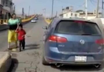 Captan el momento en el que un menor es atropellado por un auto