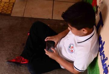 Le regalaron un celular y  lo usa solo para jugar