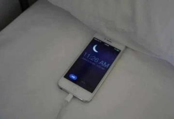 Dejó cargando su celular debajo de la almohada y terminó con quemaduras en el cuello
