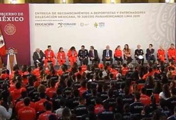 Entrega AMLO reconocimientos a atletas de Juegos Panamericanos