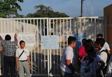 Padres de Familia bloquean acceso en Telesecundaria de la Lima