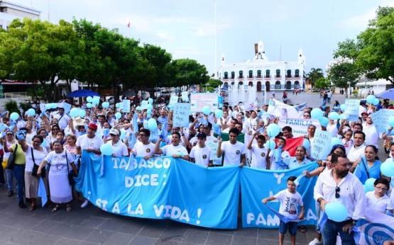 Así se vivió la marcha a favor de la familia en Villahermosa; grupo de LGBT se hizo presente
