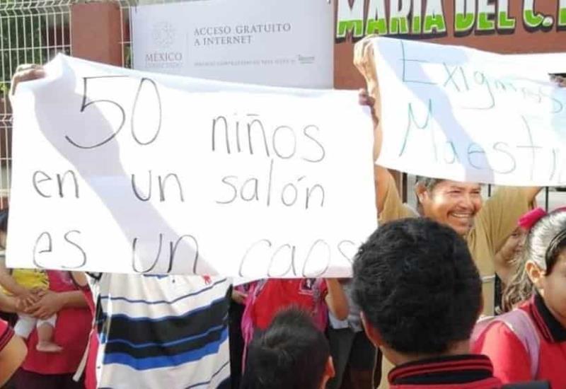 Padres de familia y alumnos cierran la escuela primaria María del C. Paredes