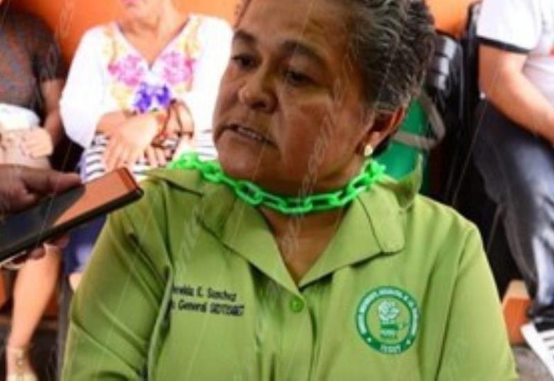 #FOTOGALERIA Mujer permanece encadena cómo un acto de protesta en el ISSET
