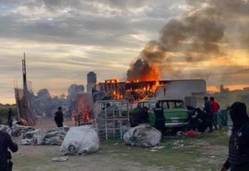 Video: Incendia casa de presunto violador en Puebla