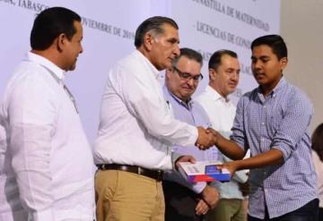 Fraternidad con servidores públicos, entregan apoyos a trabajadores