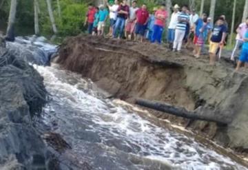 Se rompe carretera a Tupilco por fuerte cantidad de agua retenida en laguna
