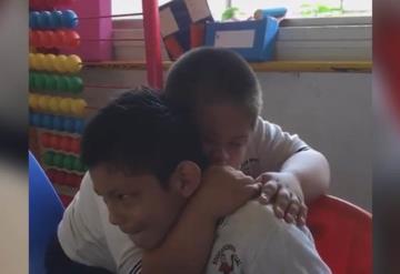 VIDEO Niño down enternece las redes al consolar a su amigo con autismo