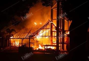 Arde palapa del recreativo del sindicato de Pemex en Macuspana