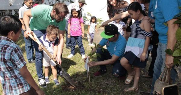 Siembran árboles en apoyo a los derechos de los niños