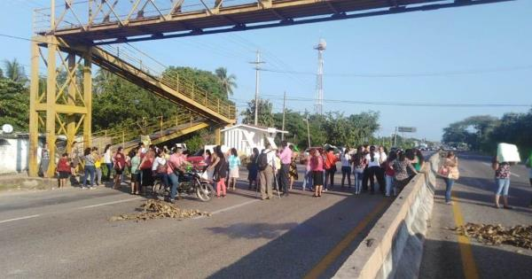 Bloquean manifestantes carretera Villahermosa-Frontera