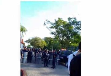 Antimotines violentan a estudiantes que se manifestaron por pago de becas