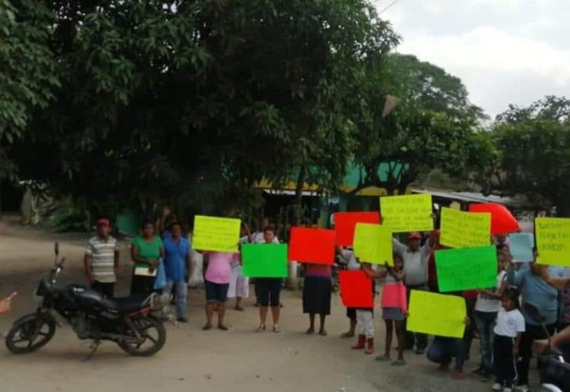 Esperan a AMLO con mensajes de bienvenida en Huimanguillo