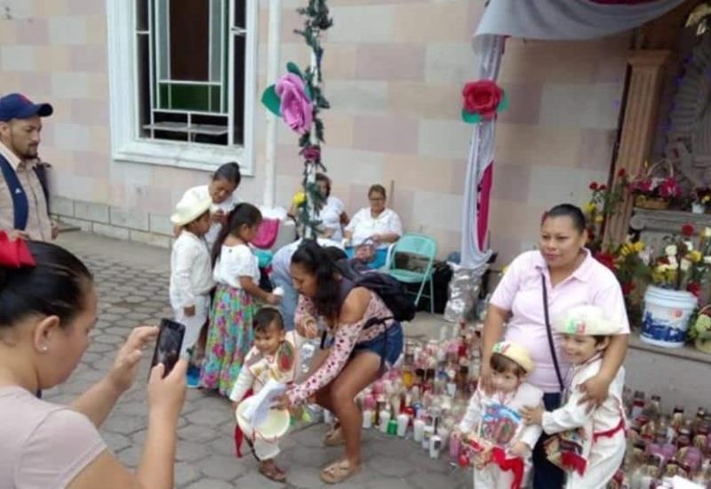 Visitan a la morenita en su día, niños van vestidos de inditos a dar gracias