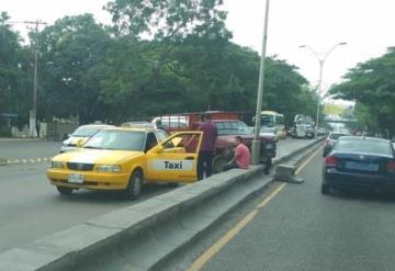 Chocan dos camionetas en la avenida Ruiz Cortines