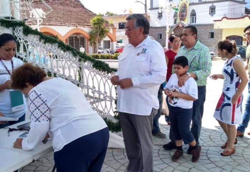 Alcalde de Balancán muestra su apoyo al Tren Maya, acude a la consulta con su familia